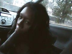 Нежная негритянка в любительском видео от первого лица сосёт член таксиста