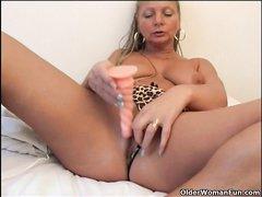 Зрелая блондинка в любительском видео использует вибратор для мастурбации