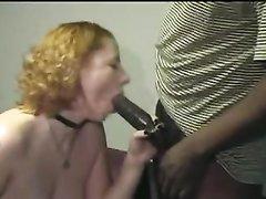 Белая грудастая нимфоманка в групповом домашнем видео ласкает огромные чёрные члены