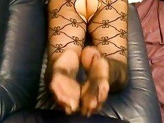 Смотреть любительский фут фетиш от зрелой проститутки в колготках для студента