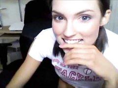 Смотреть по вебкамере домашнюю анальную мастурбацию от худой студентки
