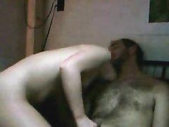 Брутальный ловелас в любительском видео делает куни и лижет попу девушке