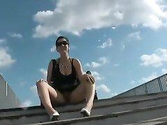 Зрелая брюнетка с большими сиськами в любительском видео от первого лица сосёт