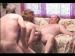 Групповое домашнее видео с толстыми и зрелыми свингерами на полу и диване