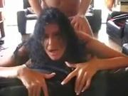 Гламурная зрелая брюнетка стонет в любительском анальном видео и берёт в рот