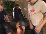 Брюнетка с силиконовыми сиськами в групповом домашнем видео с ловеласами