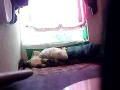 Смотреть подглядывание за домохозяйкой изменившей мужу перед скрытой камерой