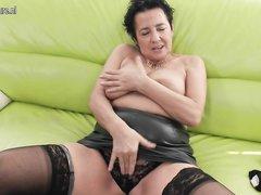 Зрелая толстуха в чулках и домашняя мастурбация секс игрушкой крупным планом