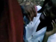 Видео от первого лица с домашним минетом от негритянки сосущей белый член