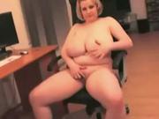 Толстая зрелая блондинка в домашнем видео тискает натуральные огромные сиськи