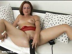Огромная секс игрушка для любительской мастурбации зрелой дамы с обвисшими сиськами