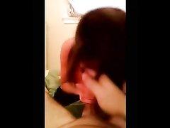 Молодая шалава искусно в домашнем видео от первого лица сосёт член и лижет яйца
