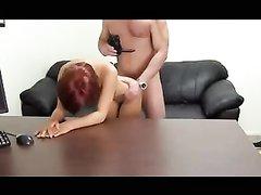 На анальном порно кастинге молодая рыжая домохозяйка смогла проявить