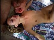 Любительское видео с окончанием на лицо стройной девушке берущей в рот