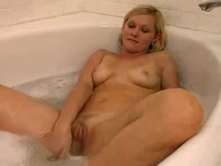 Смотреть любительскую мастурбацию киски загорелой блондинки в джакузи