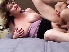 Грудастая зрелая пышка перед любительским сексом просит студента лизать клитор