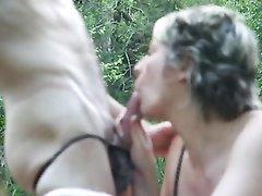Зрелая женщина в чулках в лесу предложила незнакомцу любительский секс с минетом