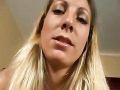 Загорелая блондинка в любительском видео трахается в бритую щель и глотает сперму