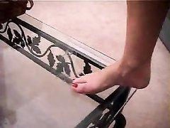 Фут фетиш в любительском видео с мастурбацией члена на ноги зрелой шлюхи