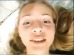 Молодая блондинка в белых трусиках в любительском анальном видео раздвинула ноги