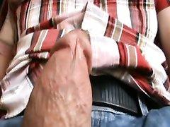 Ухоженная девушка в домашнем видео от первого лица мастурбирует член до оргазма