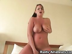 Красотка с большими сиськами купила секс игрушку для домашней мастурбации