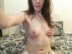 На вебкамеру зрелая дама в чулках онлайн мастурбирует пальчиками клитор