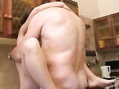 Толстяк в любительском видео лижет волосатую киску зрелой дамы на кухне