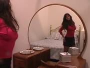Грудастая зрелая брюнетка в колготках в домашнем видео дрочит сладкую киску