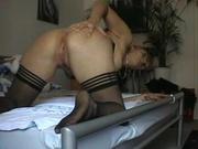 Молодая блондинка в чулках для любительского анального секса встала на карачки