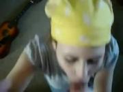 Молодая девушка с косой бесплатно строчит домашний минет с окончанием в рот