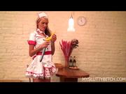 Молодая горничная блондинка и любительская анальная мастурбация секс игрушкой