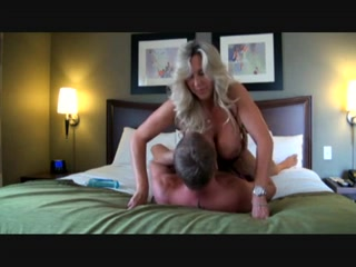 Зрелая блондинка с большими сиськами для любительского секса и мастурбации