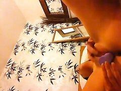 Загорелая брюнетка на вебкамеру занялась онлайн домашней мастурбацией с фаллосом