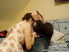 Скрытая камера в комнате снимает любительский секс с минетом от зрелой леди