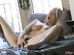 Смотреть домашнюю мастурбацию молодой блондинки с маленькими сиськами