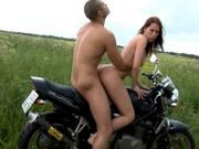 Молодая русская пара выехала на природу для любительского секса с окончанием в рот
