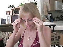 Зрелая блондинка в любительском видео сосёт и трахается в розовую щель крупным планом