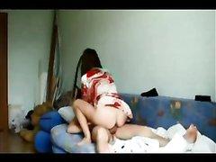 Стройная женщина перед скрытой камерой в домашнем видео изменяет супругу