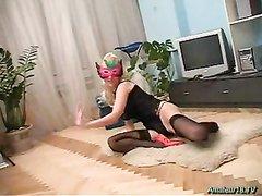 Гибкая блондинка в чулках для домашнего секса с лизанием влажной киски и попки