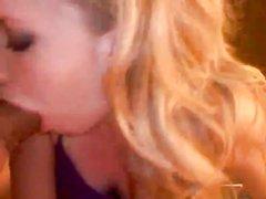 Блондинке с маленькими сиськами после любительского секса кончили на лицо