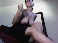 Грудастая зрелая женщина в домашнем видео разделась и показывает сиськи