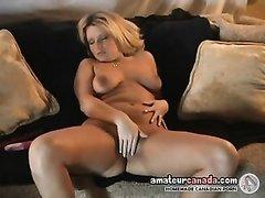 Смотреть любительскую мастурбацию зрелой блондинки снявшей розовый купальник