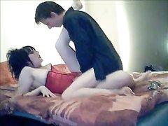 Готическая шлюха эмо не снимая красного корсета в домашнем видео с поклонником