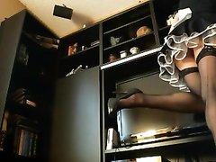 Горничная в чулках в любительском видео выгнув попу в наклоне дрочит клитор