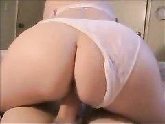 Зрелая блондинка с большой попой в любительском видео от первого лица верхом на члене