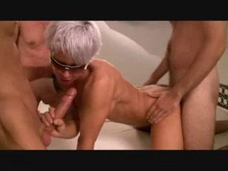 Немецкую зрелую блондинку удовлетворит только домашний групповой секс