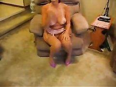 Зрелая домохозяйка с загаром в домашнем видео от первого лица трахнута в рот
