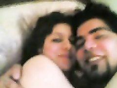 Азиатская пара в домашнем видео шалит на кровати после утреннего пробуждения