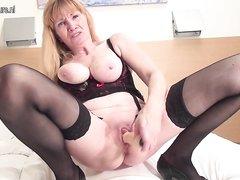 Секс игрушка помогает зрелой блондинке в сквиртинге от домашней мастурбации